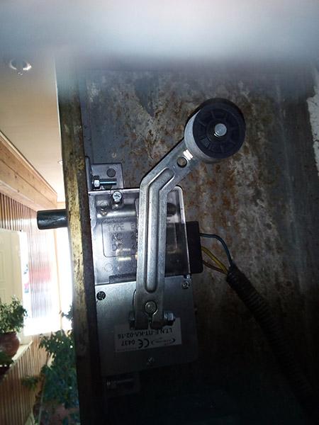 τοποθέτηση κλειδαριάς νέου τύπου σε παλιό ανελκυστήρα